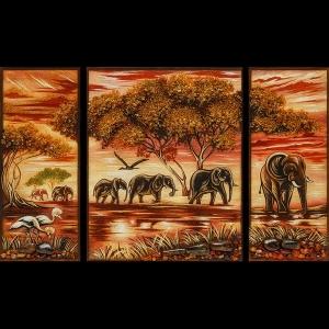 Картина из янтаря слоны из трёх частей фото. Размеры триптиха из янтаря: 40 х 66 см. Цена картины из янтаря 8 тыс. грн.