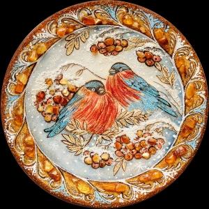 Тарелка из янтаря снегири. Размер янтарной тарелки 25 см.  Доступная цена тарелки из янтаря 1500 грн.