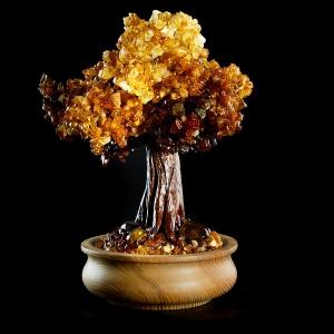Дерево счастья из янтаря фото. Высота янтарного дерева 30 см. Масса янтаря в изделии 701 гр., доступная цена дерева из янтаря.