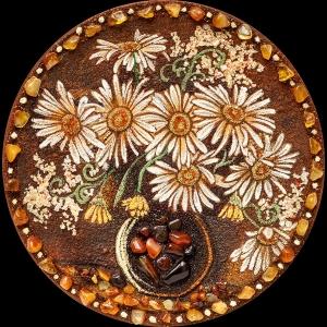 Тарелка из янтаря ромашки. Размеры янтарной тарелки 23 см. Доступная цена сувенирной тарелки из янтаря 1200 грн.
