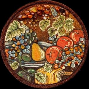 Фото тарелки из янтаря; размер подарочной тарелки из янтаря 25 см. Янтарная тарелка натюрморт с фруктами, доступная цена сувенирной тарелки из янтаря 1500 грн.