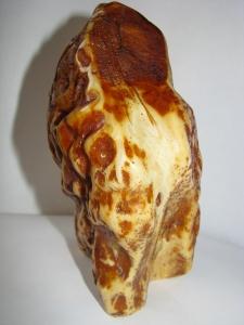 Скала из янтаря. Вес 794 г. Высота 150 мм Основа 120 х 80 мм. Цена договорная.