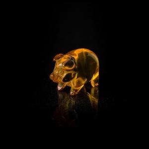 Фигурка из янтаря поросенок