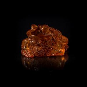 Фигурка из янтаря лягушка