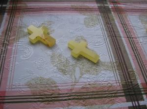 Крест из янтаря. Размер креста 3,8х2,5 см. Вес 3 г.