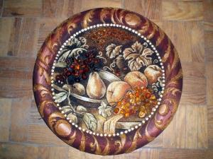 Тарелки из янтаря; инкрустированные янтарными камнями.