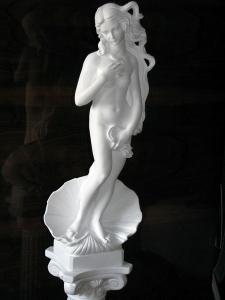 Статуя на новоселье. Статуя из гипса Рождение Венеры, высота h=85 см. Основа - квадрат 20 # 20 cм. Колонна из гипса, высота h=70 см. Основа - квадрат 25 # 25 см. Цена статуи с колонной = 5000 грн.