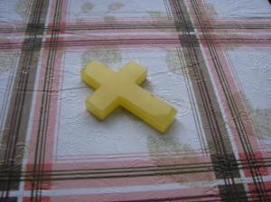Крест из янтаря. Размер креста 8 х 5,5 см. Ширина креста 2 см. Толщина креста 1 см. Вес 22 г.
