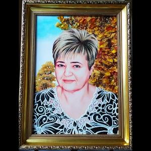 Женский портрет из янтаря ручной работы в деревянной раме.