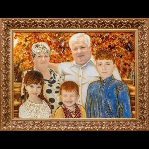 Семейный портрет большого размера в резной деревянной раме