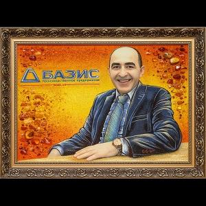 Фото портрета руководителя из янтаря; размеры янтарного портрета 40 х 60 см., доступная цена портрета из янтаря 4,5 тыс. грн.