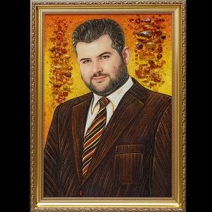 На фото портрет деда из янтаря ручной работы. Портрет из янтаря ручной работы в деревянной раме.